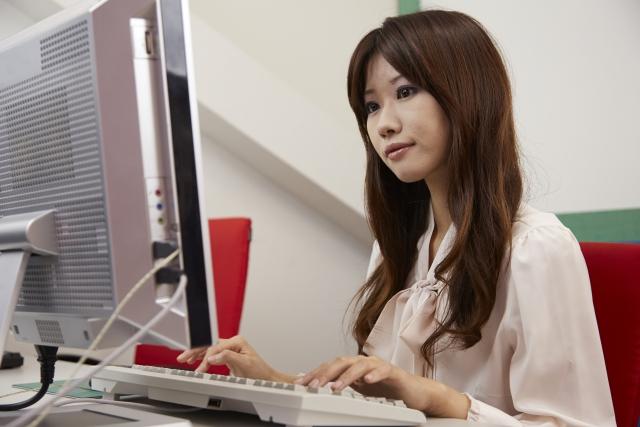 デスクワークで働く女性の多くが悩む疲労とは?